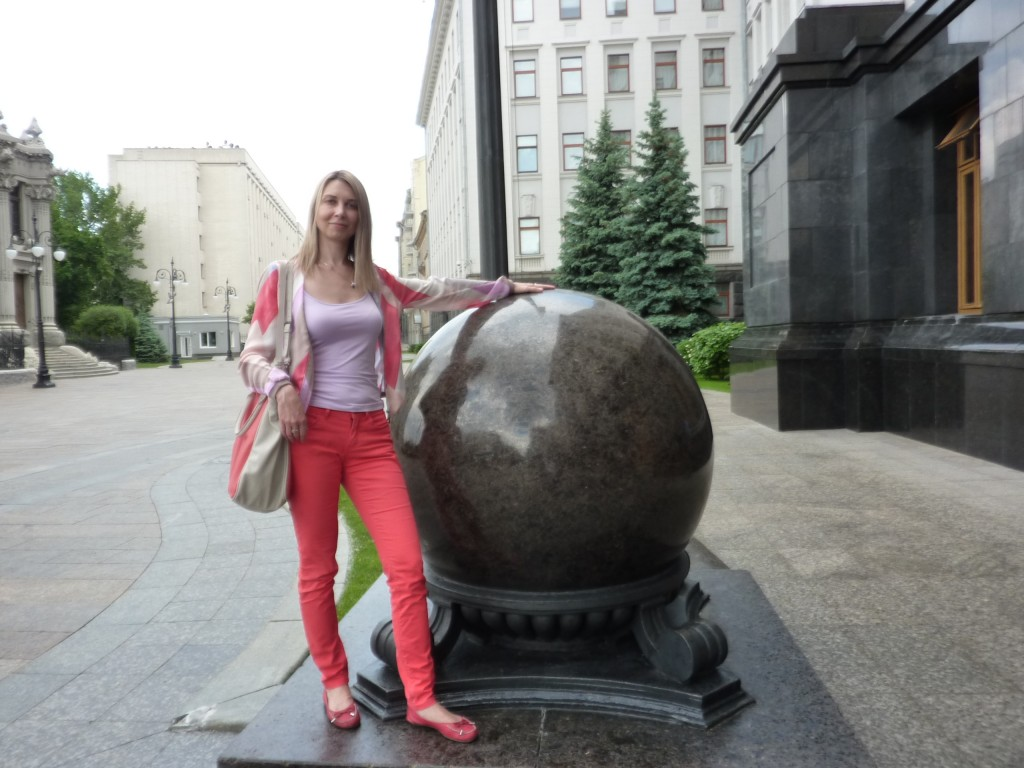 Шар рядом со зданием Президента Украины. Май 2013. Марина Сабурова